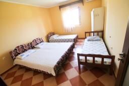 Спальня. Черногория, Велика плажа : Апартамент для 6 человек, с 2-мя отдельными спальнями