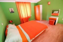 Спальня. Черногория, Велика плажа : Двухуровневый апартамент с отдельной спальней