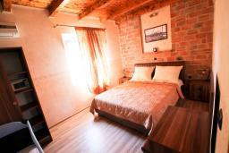 Спальня. Черногория, Велика плажа : Апартамент в Велика плажа с отдельной спальней