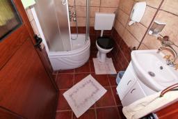 Ванная комната. Черногория, Велика плажа : Апартамент в Велика плажа с отдельной спальней