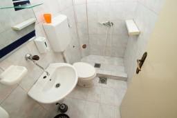 Ванная комната. Черногория, Ульцинь : Апартамент для 10 человек, с 3-мя отдельными спальнями, с 3-мя ванными комнатами, с большой террасой с видом на море