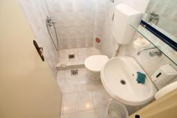 Ванная комната 3. Черногория, Ульцинь : Апартамент для 10 человек, с 3-мя отдельными спальнями, с 3-мя ванными комнатами, с большой террасой с видом на море