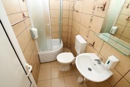 Ванная комната. Черногория, Ульцинь : Комната для 3 человек, с общей кухней, с балконом с видом на море