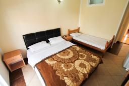 Спальня. Черногория, Ульцинь : Комната для 3 человек, с общей кухней
