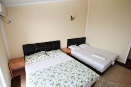 Спальня. Черногория, Ульцинь : Комната для 4 человек, с общей кухней, с балконом с шикарным видом на море