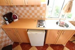 Кухня. Черногория, Ульцинь : Большая студия с балконом с шикарным видом на море