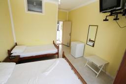 Спальня. Черногория, Ульцинь : Комната для 3 человек, с общей кухней, с балконом с видом на море