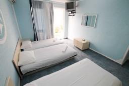 Спальня. Черногория, Ульцинь : Апартамент для 6 человек, с 2-мя отдельными спальняим, с балконом с видом на море