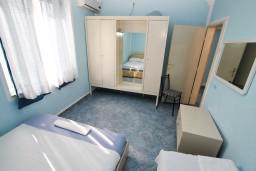 Спальня 2. Черногория, Ульцинь : Апартамент для 6 человек, с 2-мя отдельными спальняим, с балконом с видом на море