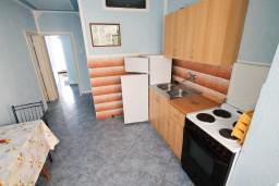 Кухня. Черногория, Ульцинь : Апартамент для 6 человек, с 2-мя отдельными спальняим, с балконом с видом на море