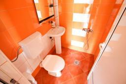Ванная комната. Черногория, Ульцинь : Апартамент для 5-6 человек, с 2-мя отдельными спальняим, с балконом с видом на море