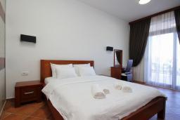Спальня. Черногория, Добра Вода : Апартамент для 4-5 человек, с 2-мя отдельными спальнями, с террасой с видом на море, возле пляжа