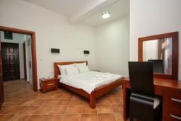 Спальня 2. Черногория, Добра Вода : Апартамент для 4-5 человек, с 2-мя отдельными спальнями, с террасой с видом на море, возле пляжа