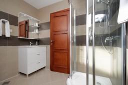 Ванная комната. Черногория, Добра Вода : Апартамент для 4-5 человек, с 2-мя отдельными спальнями, с террасой с видом на море, возле пляжа