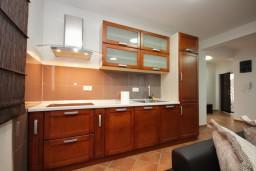 Кухня. Черногория, Добра Вода : Апартамент для 4-5 человек, с 2-мя отдельными спальнями, с террасой с видом на море, возле пляжа