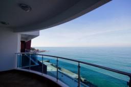 Вид на море. Черногория, Добра Вода : Апартамент для 4-5 человек, с 2-мя отдельными спальнями, с террасой с видом на море, возле пляжа