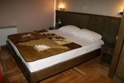 Спальня. Черногория, Будва : Двухместный номер с видом на парк (№17 DBL PV)