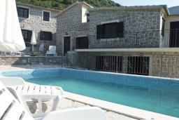 Фасад дома. Черногория, Тиват : Каменный дом с бассейном, с большой террасой, с местом для барбекю, в тихом и спокойном районе