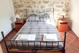 Спальня. Черногория, Тиват : Каменный дом с бассейном, с большой террасой, с местом для барбекю, в тихом и спокойном районе