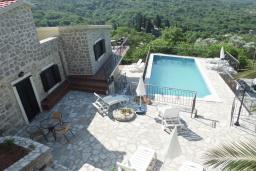 Территория. Черногория, Тиват : Каменный дом с бассейном, с большой террасой, с местом для барбекю, в тихом и спокойном районе