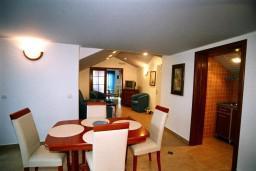 Обеденная зона. Черногория, Рафаиловичи : Апартамент №501 с 2-мя отдельными спальнями, на пятом этаже этаже (мансарда), с видом на море (PP 04+1 SV)