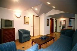 Гостиная. Черногория, Рафаиловичи : Апартамент №501 с 2-мя отдельными спальнями, на пятом этаже этаже (мансарда), с видом на море (PP 04+1 SV)