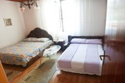 Спальня. Черногория, Игало : Первый этаж дома с 2-мя отдельными спальнями, с уютной террасой в тени виноградника, Wi-Fi, стиральная машина, место для барбекю.