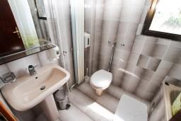 Ванная комната. Черногория, Герцег-Нови : Трехместный номер с видом на море