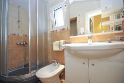 Ванная комната. Черногория, Бечичи : Уютная семейная вилла 160м2 с бассейном, 3 спальни с индивидуальными ванными, гостиная и кухня, патио для отдыха с прекрасным видом на море, 400м до самого прекрасного длинного пляжа Бечичи.
