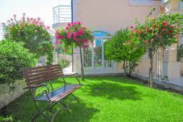 Территория. Черногория, Бечичи : Уютная семейная вилла 160м2 с бассейном, 3 спальни с индивидуальными ванными, гостиная и кухня, патио для отдыха с прекрасным видом на море, 400м до самого прекрасного длинного пляжа Бечичи.