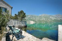 Территория. Черногория, Костаньица : 3-х этажный качественно оборудованный дом в средиземноморском стиле с 5-ю отдельными спальнями, с 4-мя ванными комнатами, с большой террасой, с видом на широкую часть залива на первой линии моря со своим пляжем