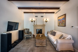 Гостиная. Черногория, Костаньица : 3-х этажный качественно оборудованный дом в средиземноморском стиле с 5-ю отдельными спальнями, с 4-мя ванными комнатами, с большой террасой, с видом на широкую часть залива на первой линии моря со своим пляжем