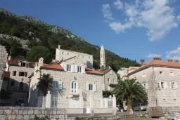 Фасад дома. Черногория, Пераст : Роскошный 3-х этажный дом с 4-мя спальнями с ванными комнатами, высококачественная мебель ручной работы, панорамный вид на залив