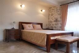 Спальня 2. Черногория, Пераст : Роскошный 3-х этажный дом с 4-мя спальнями с ванными комнатами, высококачественная мебель ручной работы, панорамный вид на залив
