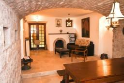 Спальня. Черногория, Пржно / Милочер : Каменный дом на берегу в Пржно с 3-мя отдельными спальнями, с просторной гостиной, с ванной комнатой на каждом этаже, центральное отопление.