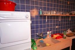 Кухня. Черногория, Пржно / Милочер : Каменный дом на берегу в Пржно с 3-мя отдельными спальнями, с просторной гостиной, с ванной комнатой на каждом этаже, центральное отопление.