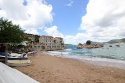Ближайший пляж. Черногория, Пржно / Милочер : Каменный дом на берегу в Пржно с 3-мя отдельными спальнями, с просторной гостиной, с ванной комнатой на каждом этаже, центральное отопление.