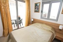 Спальня. Черногория, Петровац : Современный апартамент с отдельной спальней, с балконом с видом на море