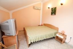 Спальня. Черногория, Герцег-Нови : Этаж дома с 2-мя отдельными спальнями, с балконом с видом на море и с большой террасой