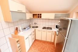 Кухня. Черногория, Герцег-Нови : Этаж дома с 2-мя отдельными спальнями, с балконом с видом на море и с большой террасой