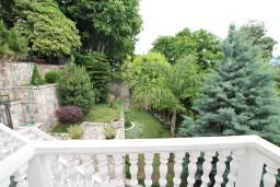 Балкон. Черногория, Герцег-Нови : Этаж дома с 2-мя отдельными спальнями, с балконом с видом на море и с большой террасой