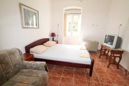 Спальня. Черногория, Герцег-Нови : 2-х этажный дом с 7 отдельными спальнями, с 6 ванными комнатами, с большим зеленый двором, крытой террасой с обеденным столом и местом для барбекю