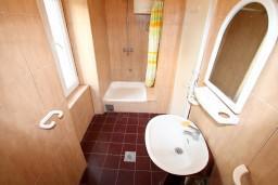 Ванная комната. Черногория, Герцег-Нови : 2-х этажный дом с 7 отдельными спальнями, с 6 ванными комнатами, с большим зеленый двором, крытой террасой с обеденным столом и местом для барбекю