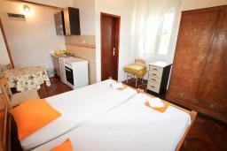 Спальня 2. Черногория, Герцег-Нови : 2-х этажный дом с 7 отдельными спальнями, с 6 ванными комнатами, с большим зеленый двором, крытой террасой с обеденным столом и местом для барбекю