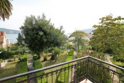Вид на море. Черногория, Герцег-Нови : 2-х этажный дом с 7 отдельными спальнями, с 6 ванными комнатами, с большим зеленый двором, крытой террасой с обеденным столом и местом для барбекю