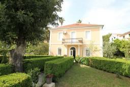 Фасад дома. Черногория, Герцег-Нови : 2-х этажный дом с 7 отдельными спальнями, с 6 ванными комнатами, с большим зеленый двором, крытой террасой с обеденным столом и местом для барбекю