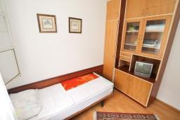 Спальня 2. Черногория, Игало : Апартамент для 8 человек, с 4-мя отдельными спальнями, c 2-мя ванными комнатами, с балконом с видом на море, с  летней кухней