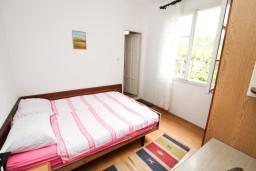 Спальня 4. Черногория, Игало : Апартамент для 8 человек, с 4-мя отдельными спальнями, c 2-мя ванными комнатами, с балконом с видом на море, с  летней кухней
