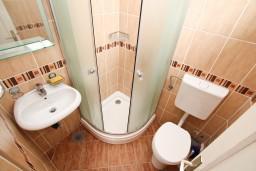 Ванная комната. Черногория, Игало : Апартамент для 8 человек, с 4-мя отдельными спальнями, c 2-мя ванными комнатами, с балконом с видом на море, с  летней кухней