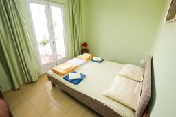 Спальня. Черногория, Нивице : Апартамент с отдельной спальней, с балконом с видом на море